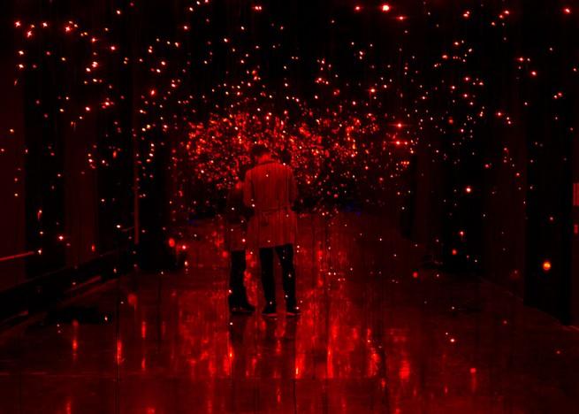 Light installation by Neon Golden replicates swarm of fireflies Light installation by Neon Golden replicates swarm of firefliesLight installation by Neon Golden replicates swarm of fireflies