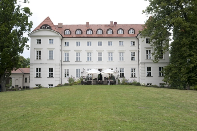 The castle boasts 52 generously sized rooms. The well-designed premises of castle Wedendorf offer numerous possibilities for the use of the property.