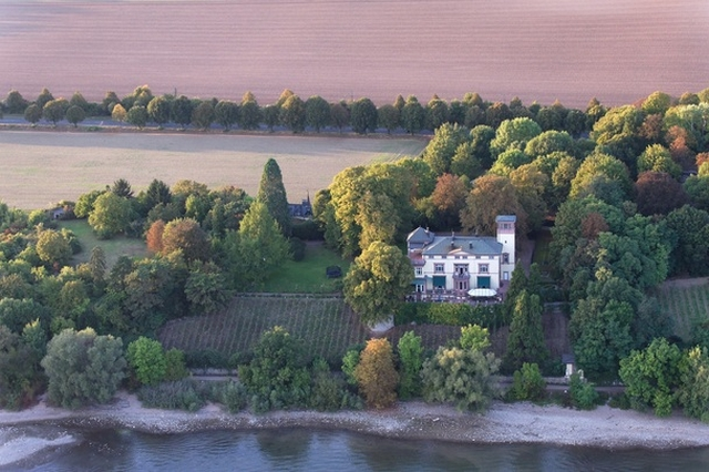 Luxus-Wohnungen zum Verkauf Villa Belmonte - a magnificent luxury residence that was built in 1870/ 1871 and thoroughly renovated from the ground up between 1999 and 2003 - is located right on the bank of the Rhine in Eltville.