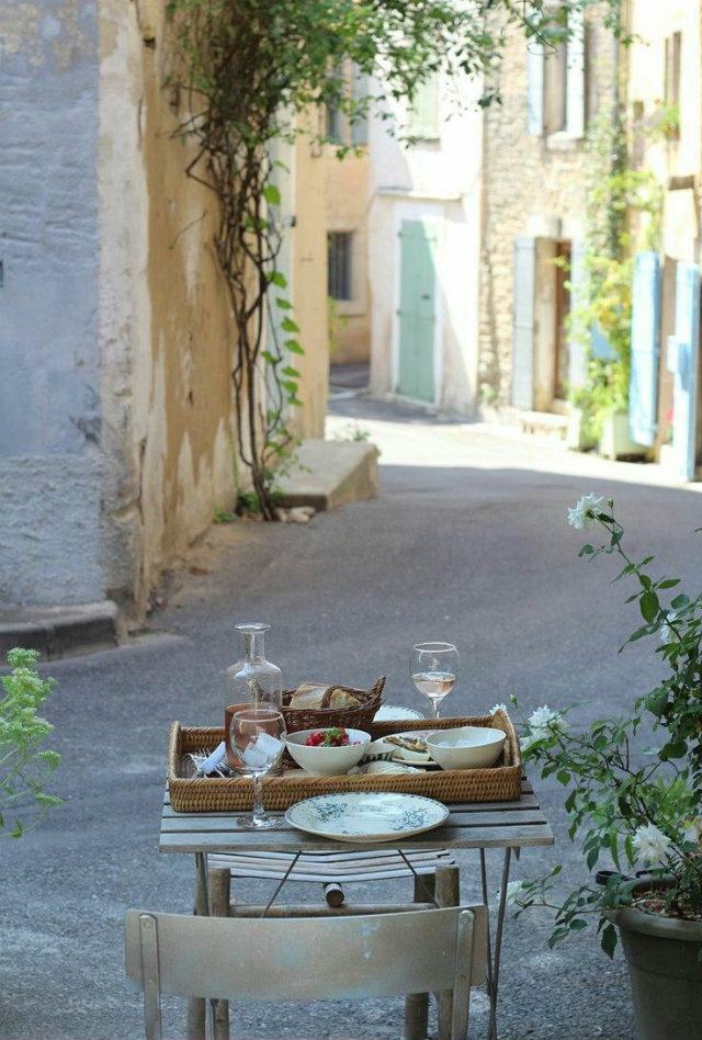 It's Time for Dinner Out! Summer Tables to die for.   It's Time for Dinner Out! Summer Tables to die for. Summer outsidetable trends provence singleplace