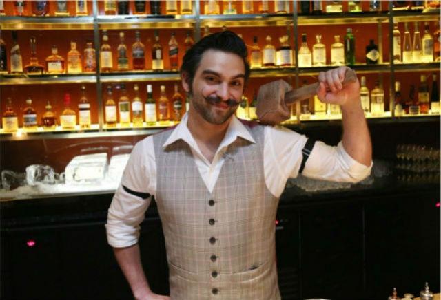 Barman - Manhattan Bar singapore Inspiration: Glamorous Manhattan Bar in Regent – Singapore Barman Manhattan Bar1
