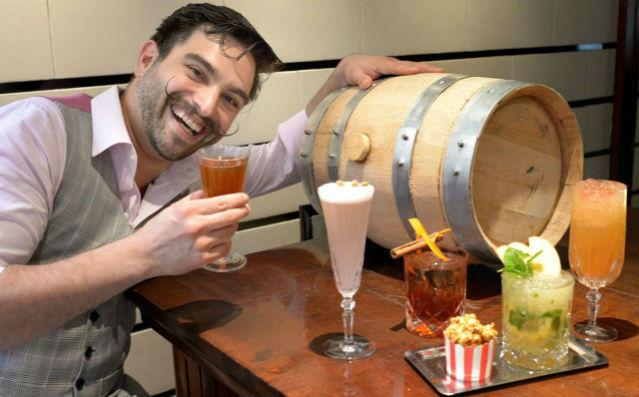 Barman2-Manhattan Bar singapore Inspiration: Glamorous Manhattan Bar in Regent – Singapore Barman2 Manhattan Bar1