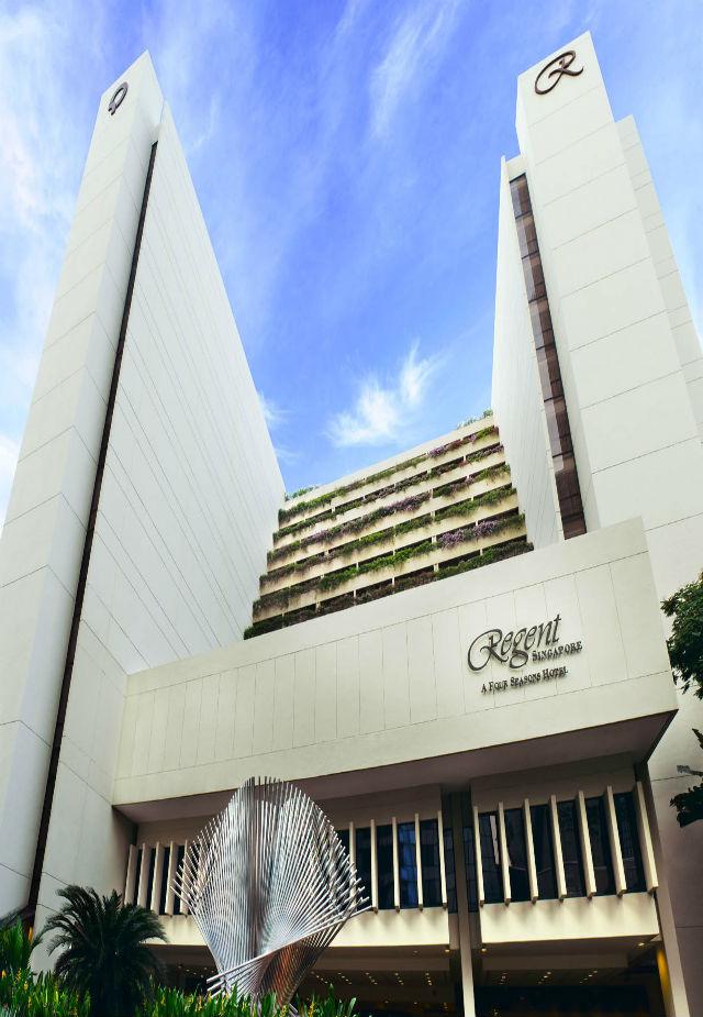 Regent Singapore hotel  singapore Inspiration: Glamorous Manhattan Bar in Regent – Singapore Fachada Mahnattan Bar