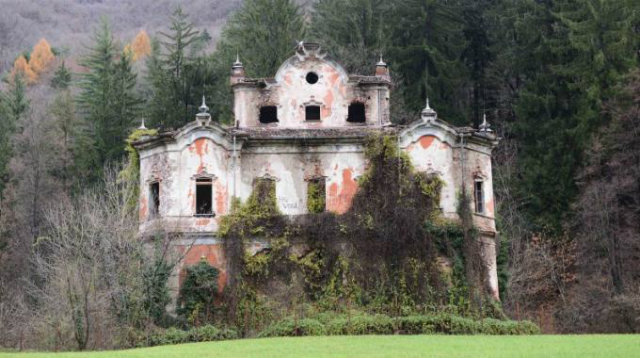 Villa de Vecchi in Italy, was built by a famous architect who died before it was finished, and the owner's family perished in violent and misterious ways. The house has been abandoned because it is believed to bring bad luck.  haunted mansions Top 15 Haunted Mansions to Inspire Your Halloween Weekend HALLOWEEN 6 VILLA DE VECCHI ITALY