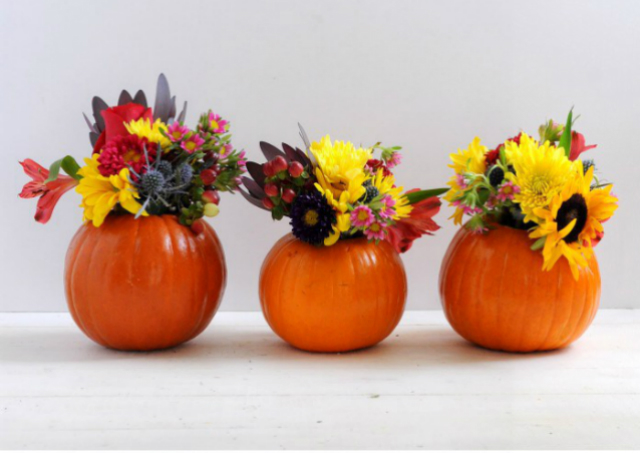 11 Last Minute Decorating Ideas To Recreate This Thanksgiving decorating ideas 11 Last Minute Decorating Ideas To Recreate This Thanksgiving Easy DIY Mini Pumpkin Vase for Fall
