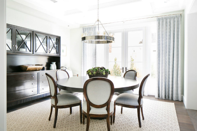 10 Stunning Decorating Ideas To Style A Round Dining Room Table decorating ideas 10 Stunning Decorating Ideas To Style A Round Dining Room Table brooke wagner