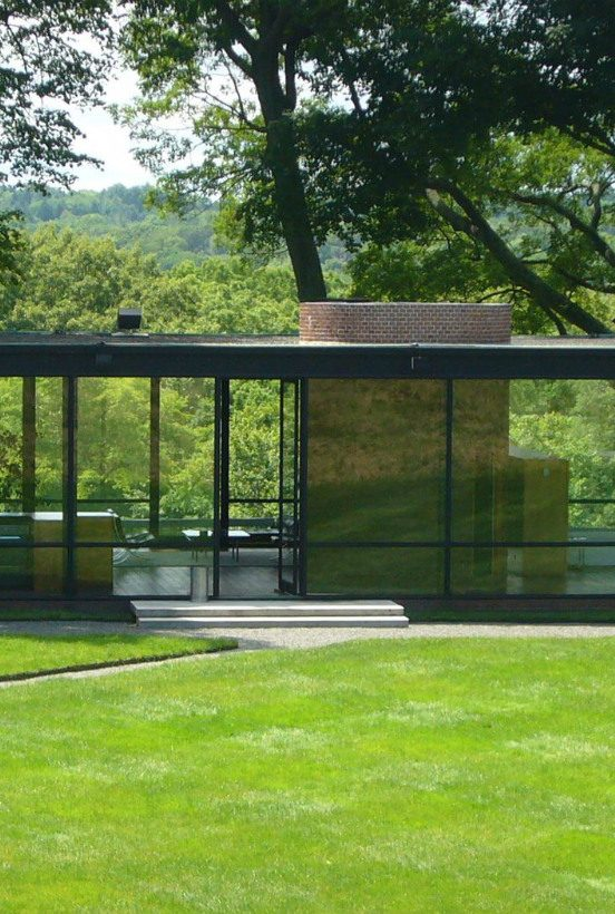 mid-century modern 10 Mid-Century Modern Homes by World Acclaimed Designers Glasshouse philip johnson 552x820